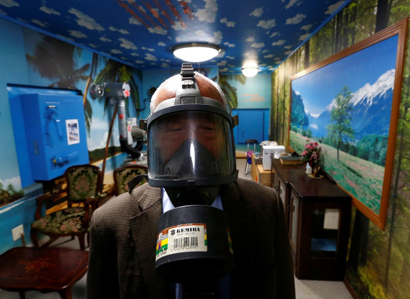 Seiichiro Nishimoto, administrerende direktør i Shelter Co, står i et rom i kjelleren i huset hans i Osaka i Japan. Rommet er en demonstrasjon på et atomsikkert rom.