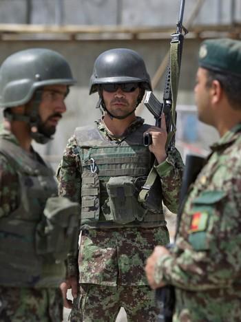 Afghanske sikkerhetsvakter står foran forsvarsdepartementet i Kabul.