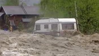Se de dramatiske bildene av hvordan en campingvogn tas av vannmassene på Kvam i Nord-Fron kommune i Gudbrandsdalen.