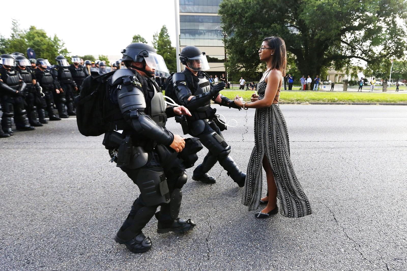 Bildet av Ieshia Evans som allerede blir kalt legendarisk.