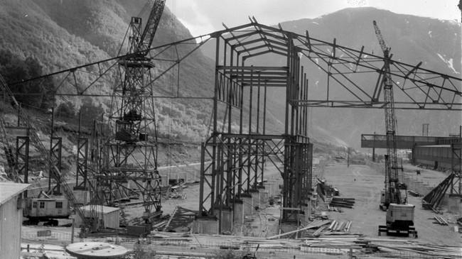 I 1957 starta arbeidet med å byggje Å2. Foto: Verksposten. © Årdal Sogelag.