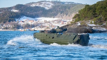 Bilder av sjøsetting av amfibiekjøretøy som er forhåndslagra i Norge. F16 som flyr over, militære helikoptre mm. Dronebildene har vi fått fra US Marines til fri bruk, men krediter dem.