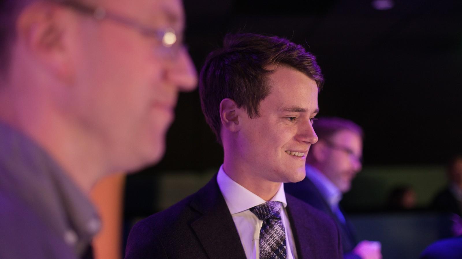 Tore Storehaug, Kristeleg Folkeparti, smilte på starten av kvelden. Spørsmålet er om han er like glad mot slutten, når det viser seg at KrF har gått tilbake med fleire prosentpoeng i Sogn og Fjordane.