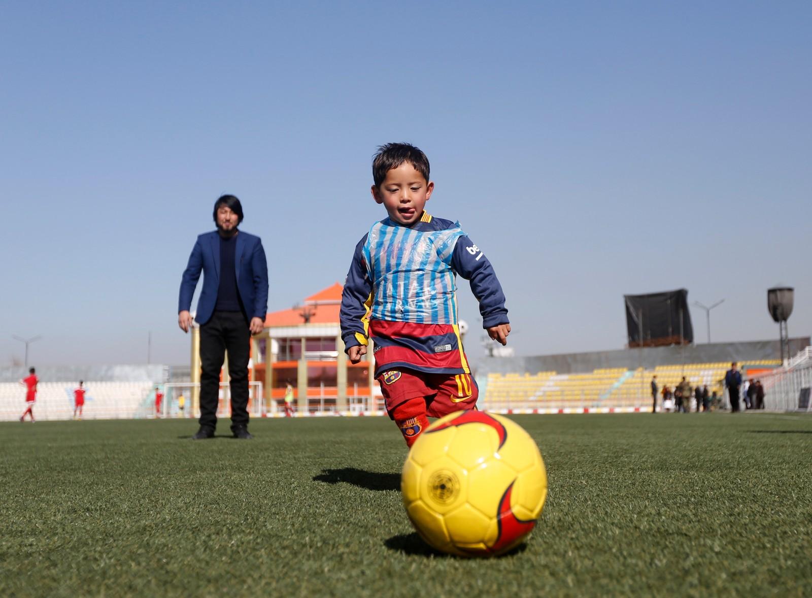 Historien om afghanske Murtaza Ahmadi (5) har gått verden rundt etter at han spilte fotball i en plastpose-versjon av fotballstjernen Lionel Messis drakt.  Etter at bildene gikk verden rundt, skal Messis representanter ha tatt kontakt for å få gutten på besøk til Barcelona.