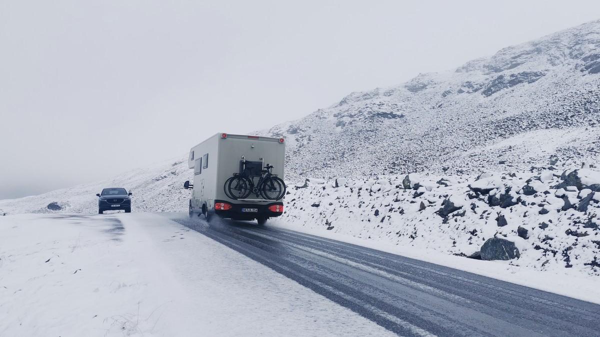 AURLANDSFJELLET: Fjellovergangen mellom Aurland og Lærdal blei stengd på grunn av vanskelege køyreforhold.