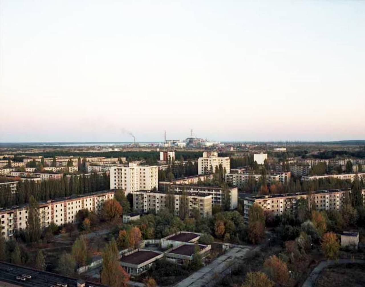 Utsikt over Pripyat mot atomkraftverket i Tsjernobyl i 1994