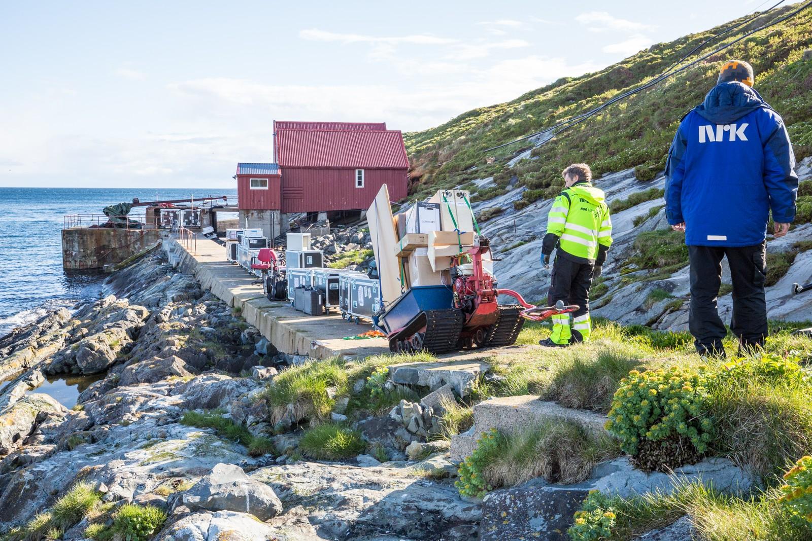 Nær åtte tonn med utstyr er fraktet fra fyrkaien og opp til fyret.