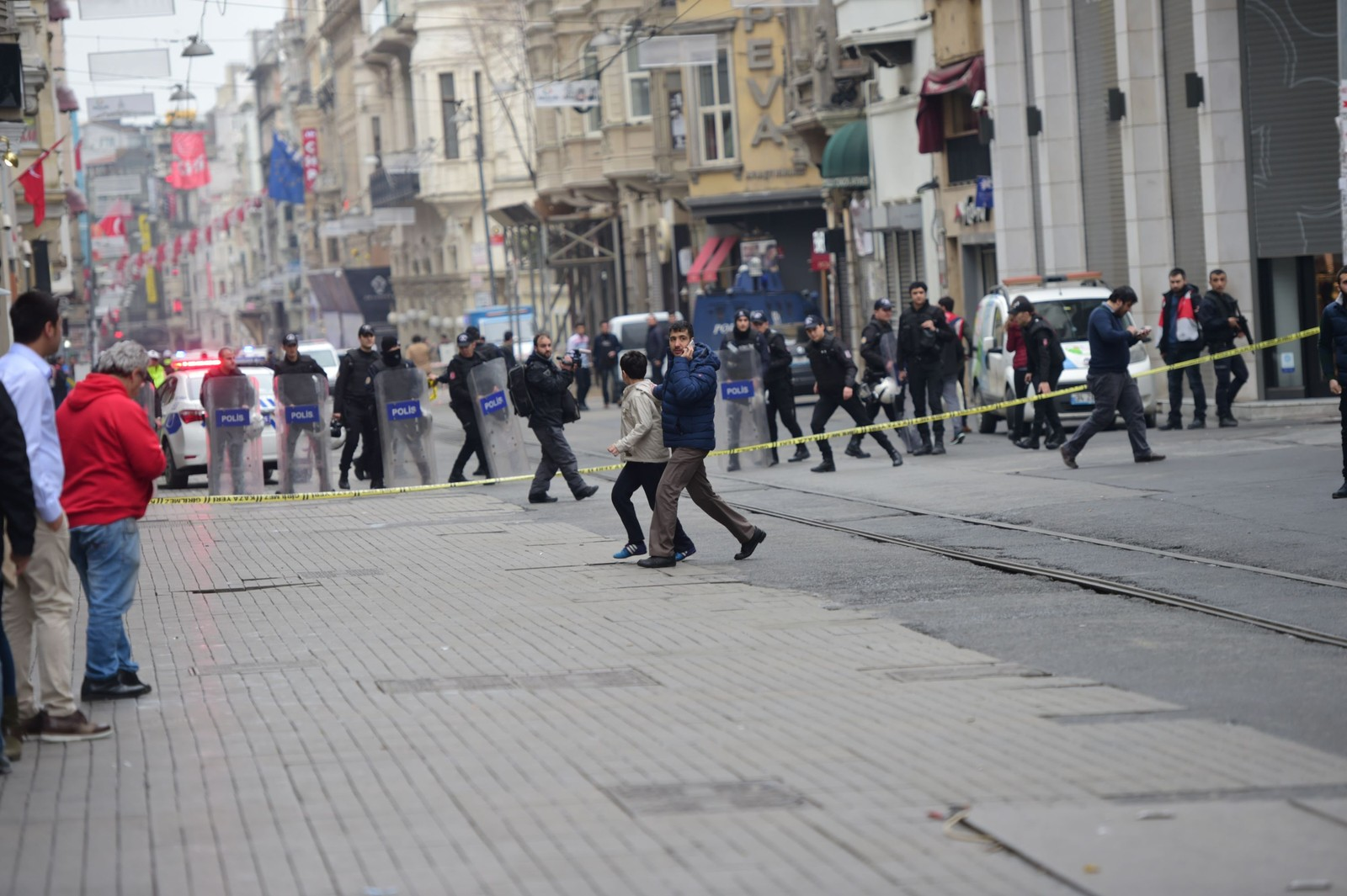 En rekke ambulanser befinner seg ved åstedet for eksplosjonen i  Istiklal Caddesi, en gågate ikke langt unna Taksim-plassen.