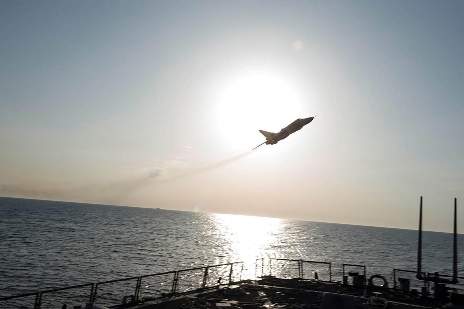 Nesten et dusin ganger fløy jagerflyene over skipet.