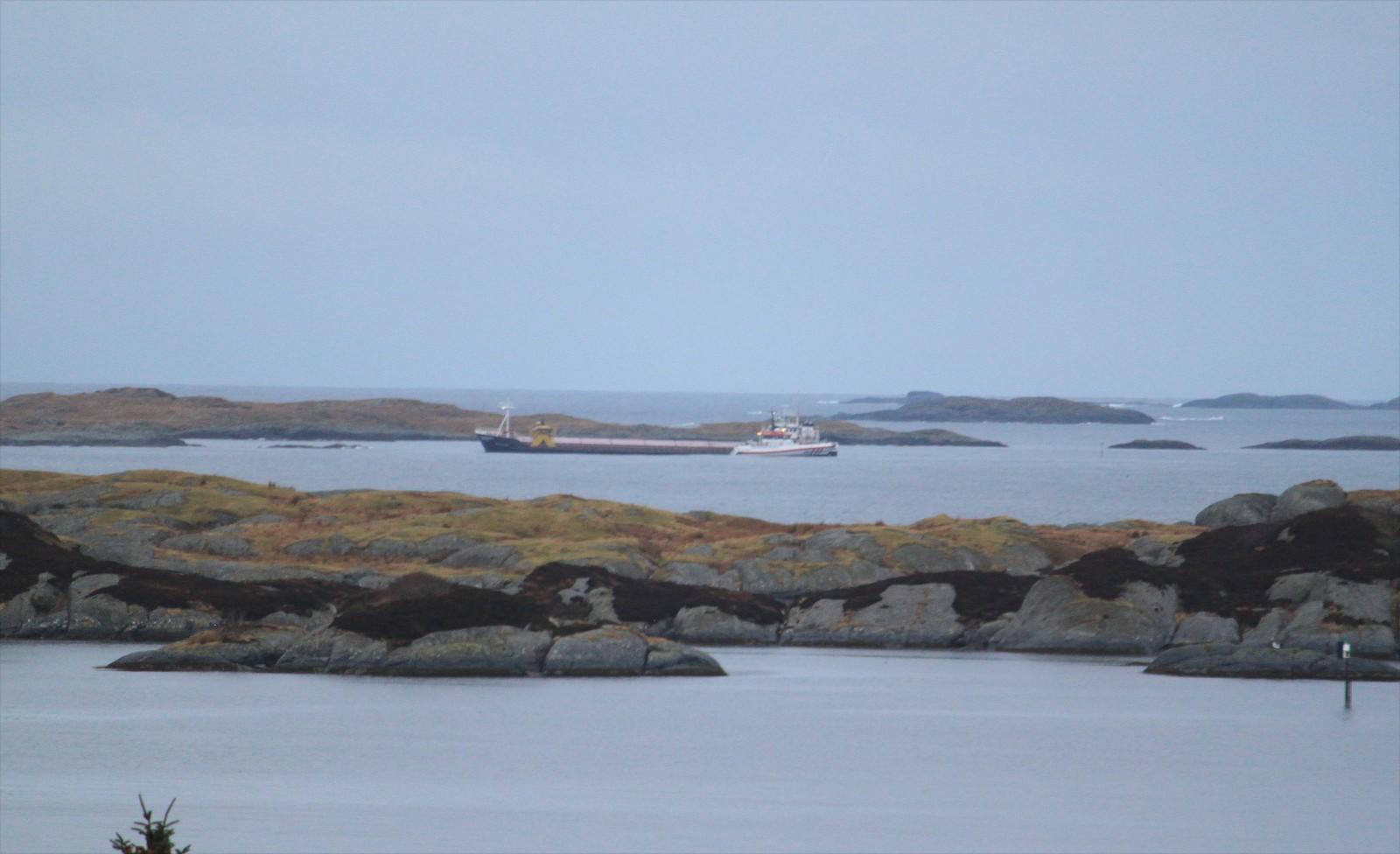 Fraktebåt på grunn i Solund