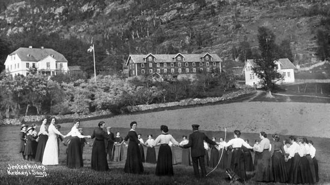 I Ytre Kroken var det husmorskule frå 1897 til 1957. Dette biletet er teke i 1913. Ukjend fotograf. Eigar: Anna Stadheim/Fylkesarkivet i Sogn og Fjordane.