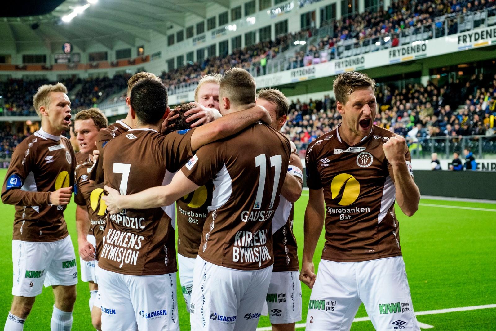 Mjøndalen jubler over 1–0 scoringen.
