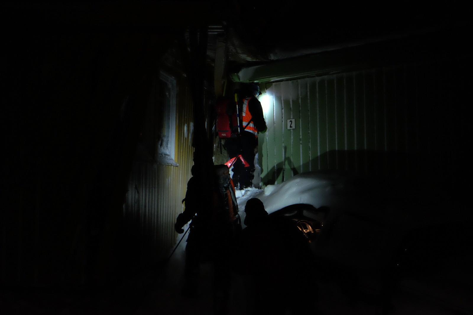NGI og Røde Kors undersøker om det er forsvarlig å hente ut eiendeler fra husene som ble truffet av snøskred lørdag.