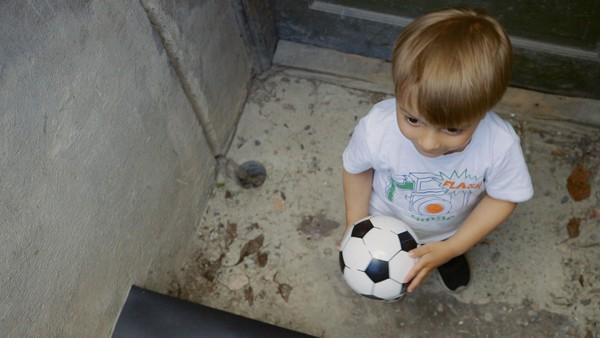 Norsk dramaserie. Kjellertrappa. Max er ute og leker med fotballen sin. Når ballen spretter langt og triller ned den skumle kjellertrappa, tør ikke Max å hente den.