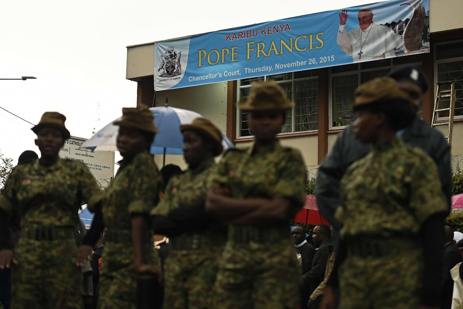 Tusenvis av politifolk og soldater var utplassert og hovedgater inn til Kenya var sperret av i forbindelse med pavens besøk i Nairobi.