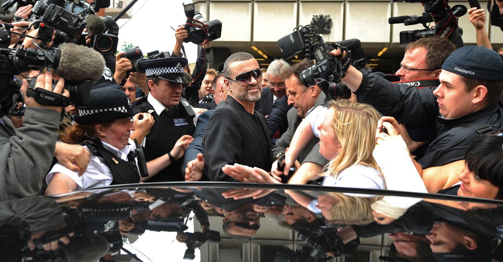 2010: George Michael forlater retten i Lndon etter å ha vært tiltalt for et trafikkulykell 24. august 2010.