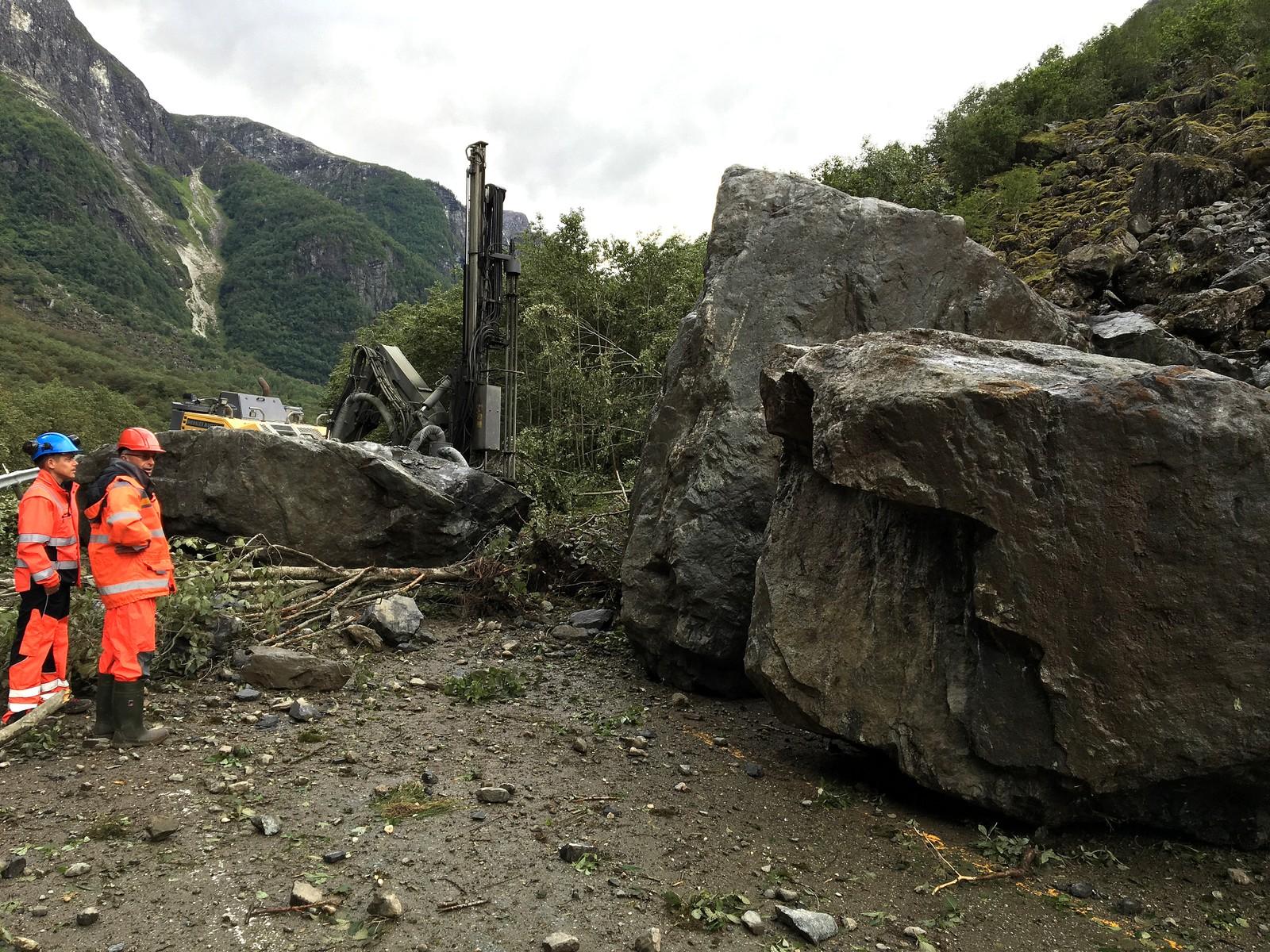 Ryddar etter steinraset i Gudvangen