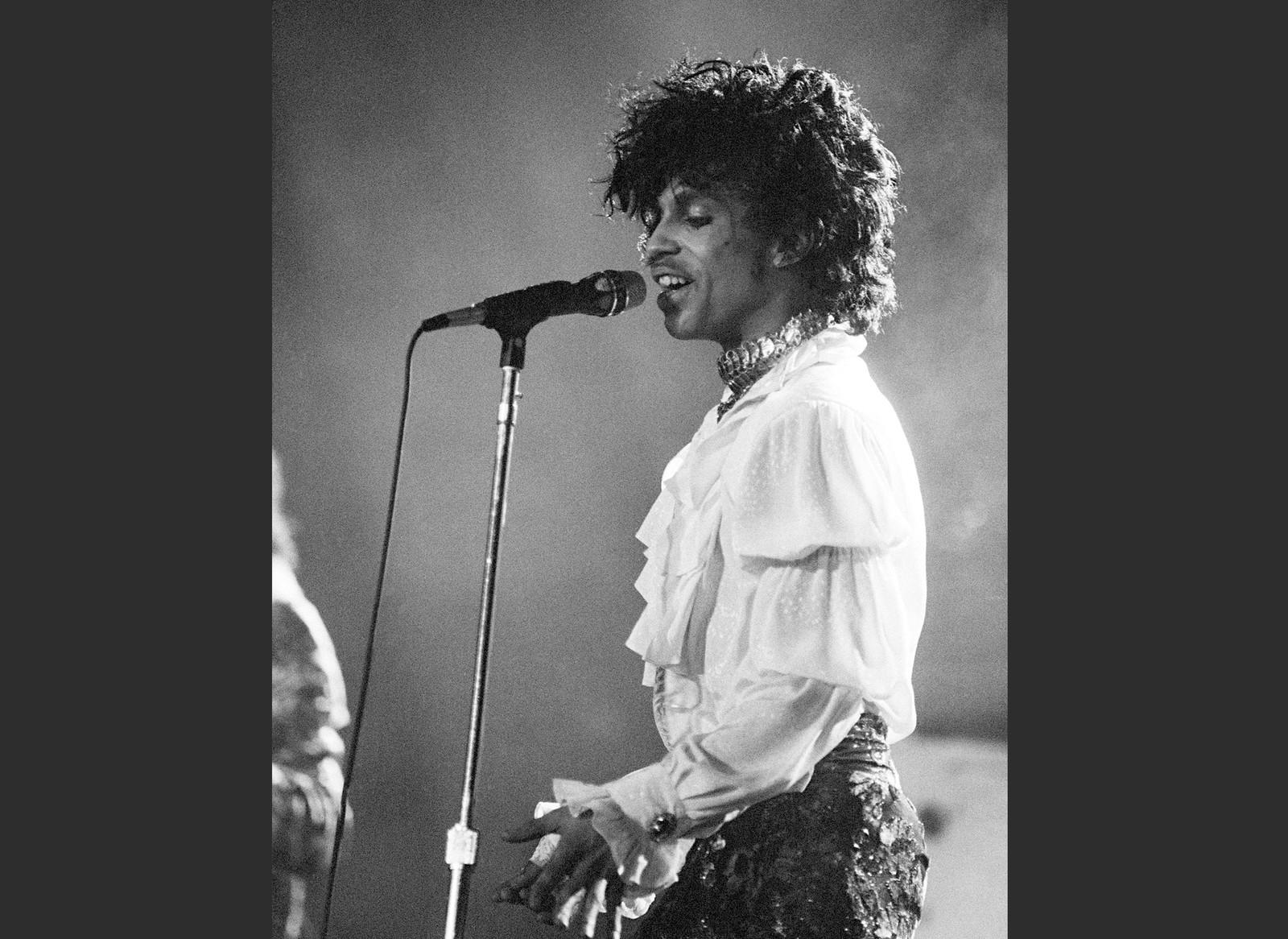 """I april 1985 opptrådde Prince i Miami. Prince er kjent som en oppfinnsom og innflytelsesrik artist, og noen av sangene han er kjent for er """"Little Red Corvette,"""" ''Let's Go Crazy"""" og """"When Doves Cry"""
