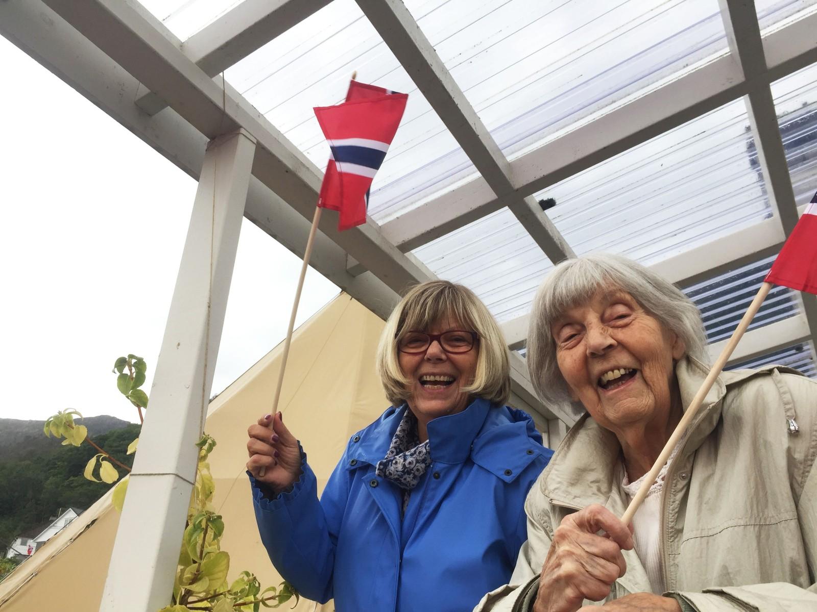 Inger Skålevik Olsen og mor hennar Oddrun Skålevik heia syklistane opp Laksebakken.