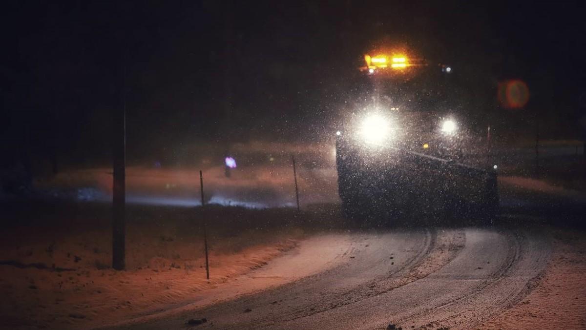 Alle tilgjengelige brøytemannskaper er ute søndag ettermiddag. Mot kvelden og natt til mandag ventes mer snø.