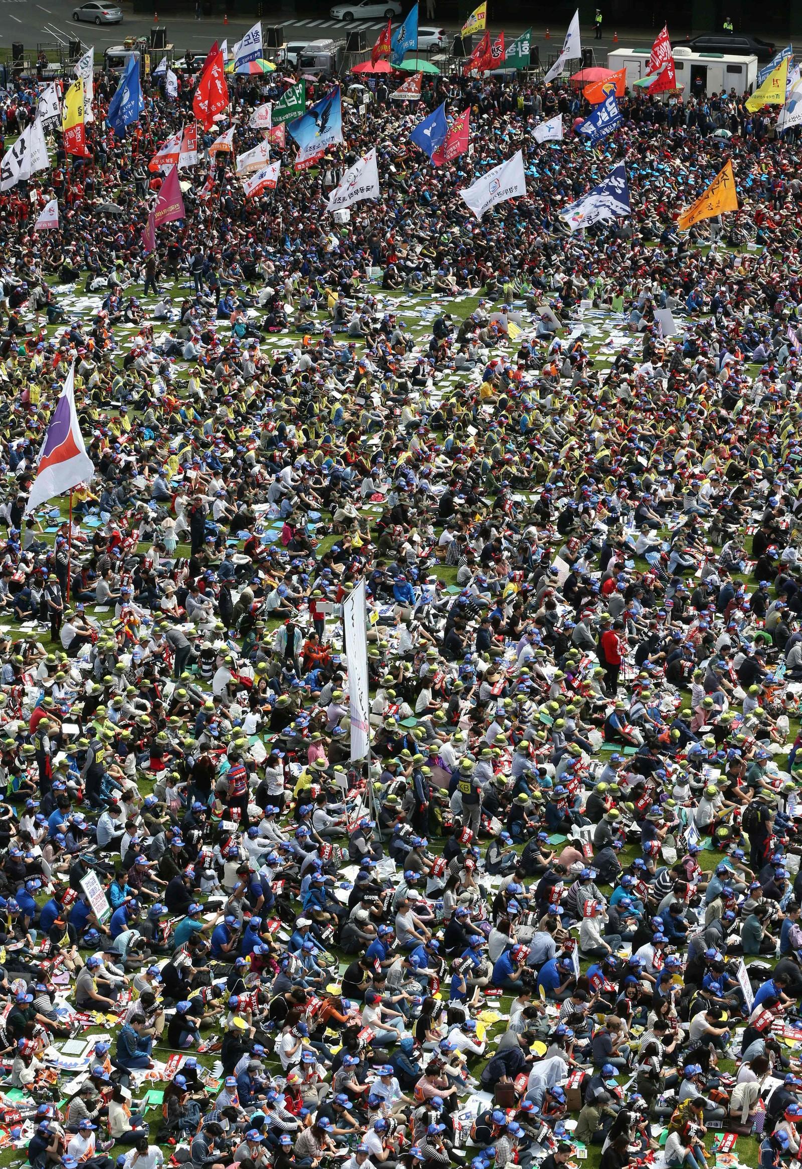 I Sør-Korea tok titusener del i 1. mai-markeringen i Seoul søndag. De kritiserte arbeidsreformer fremlagt av regjeringen og protesterte mot de lave lønningene i landet.
