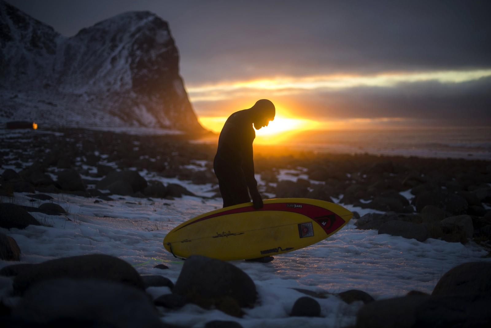 Den 55 år gamle surferlegenden Tom Carroll prøvde bølgene i Unstad i Nordland.