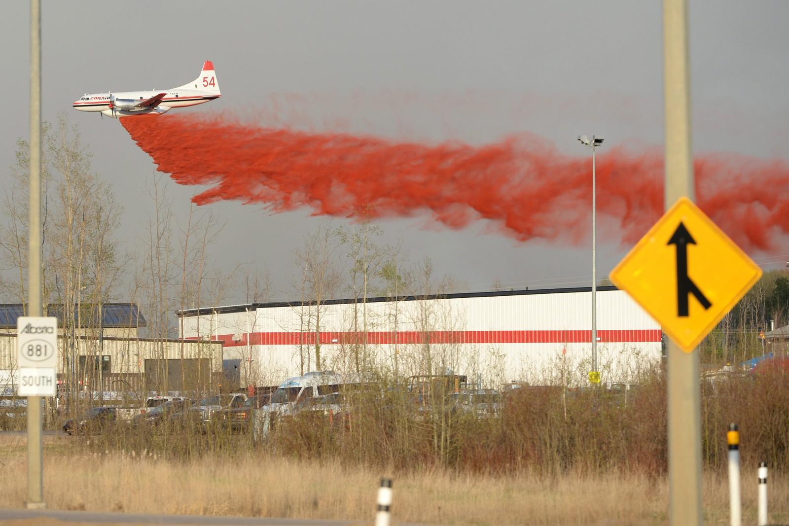 Et fly slipper et brannhemmende middel over skogbrannen ved Fort McMurray i Canada fredag 6. mai.