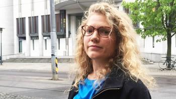 Marit Lomundal Sæther står utenfor Tinghuset
