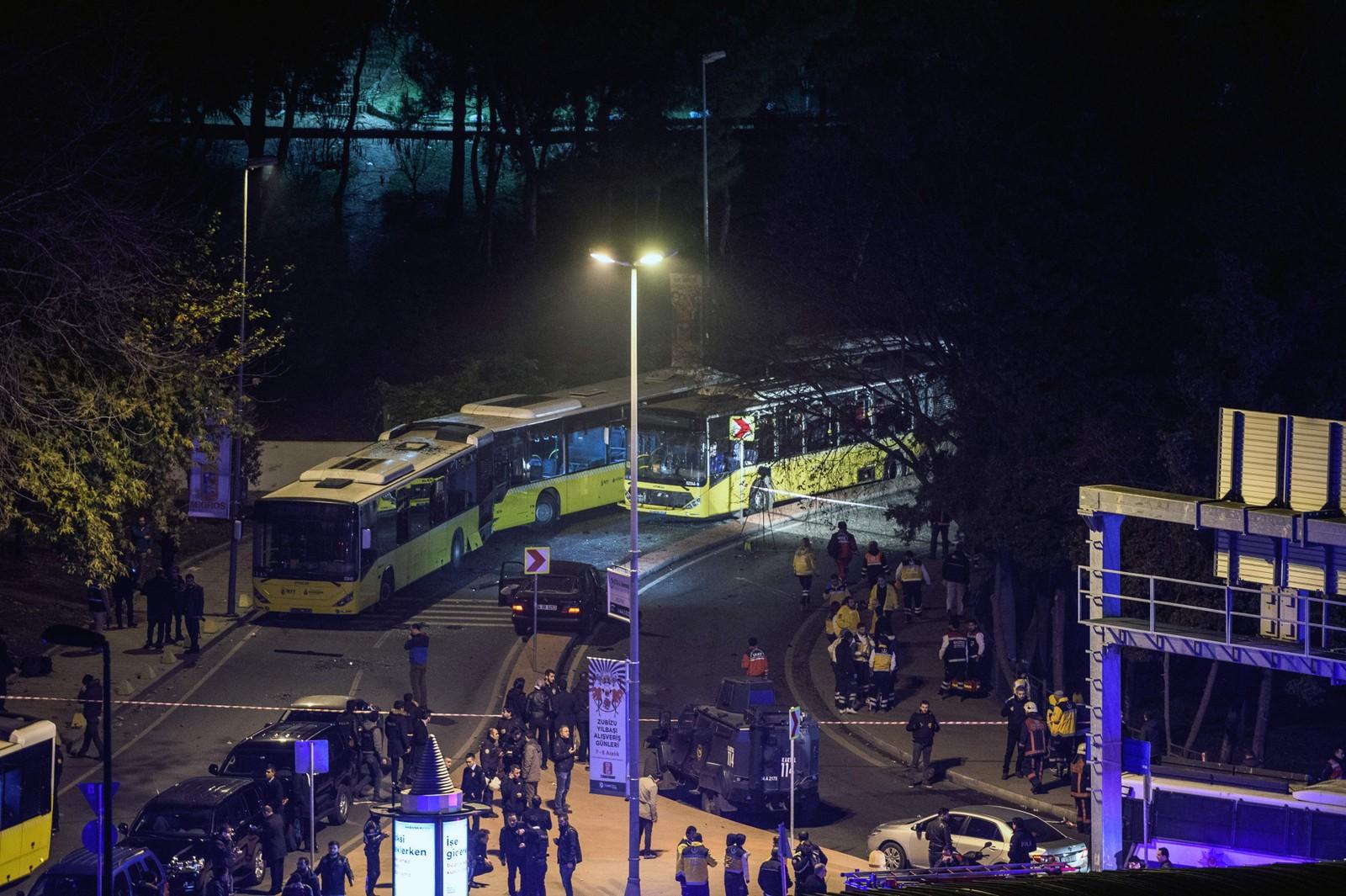 Store områder ved Taksiim og Vodafone Arena Stadium er sperret av etter at to eksplosjoner rystet Istanbul lørdag kveld.