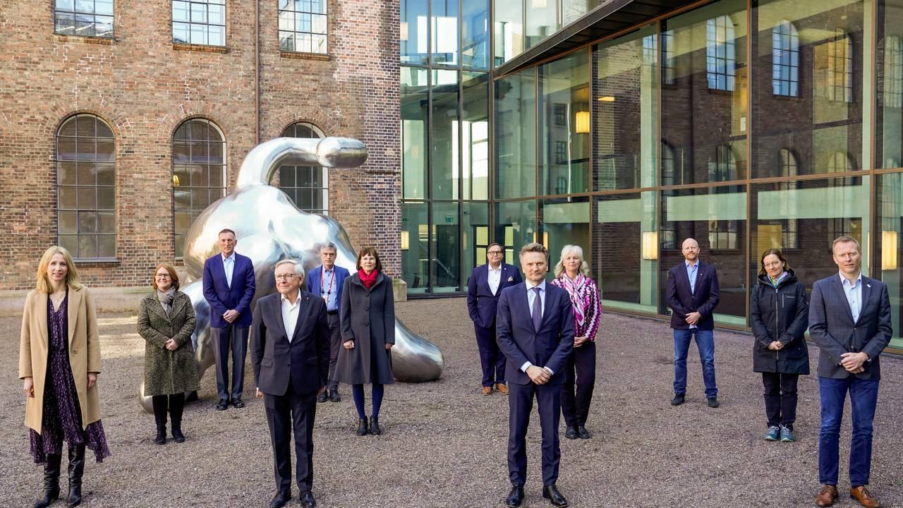 Koronakommisjonen fotografert utenfor Statsministerens kontor i Oslo.