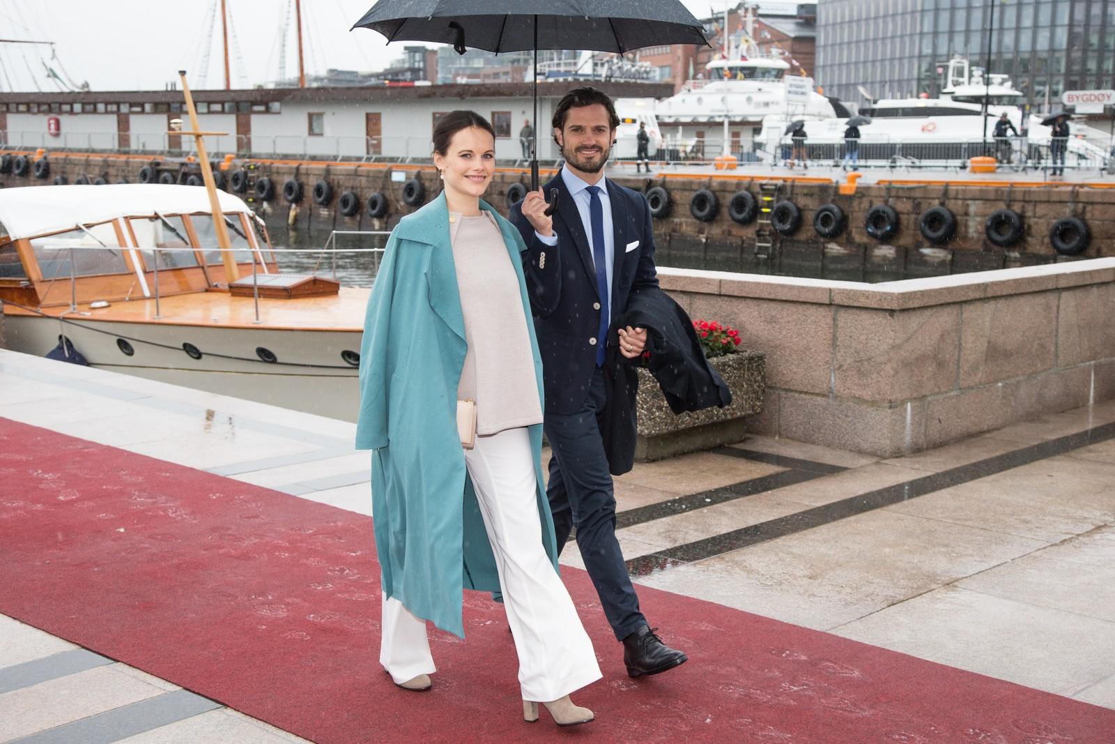 Prins Carl Philip og prinsesse Sofia fra Sverige ved ankomst på Honnørbrygga i Oslo etter lunsj på Kongeskipet Norge onsdag.