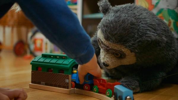 Norsk dramaserie. Togbanen. Julian elsker å leke med togbanen sin, men han trenger flere skinner. Skinnene er på det skumle loftet og Julian tør ikke hente dem.