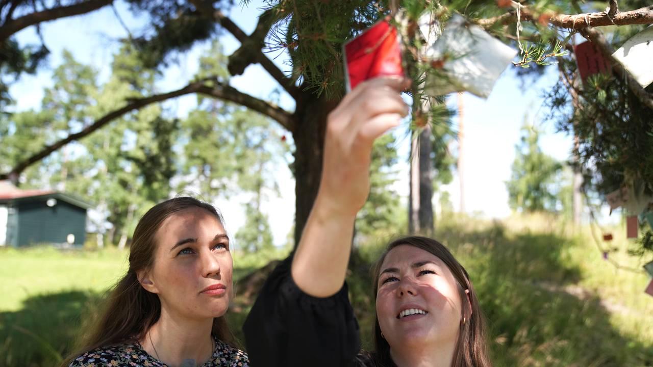 Ina Libak og Astrid Hoem ved verdeitreet
