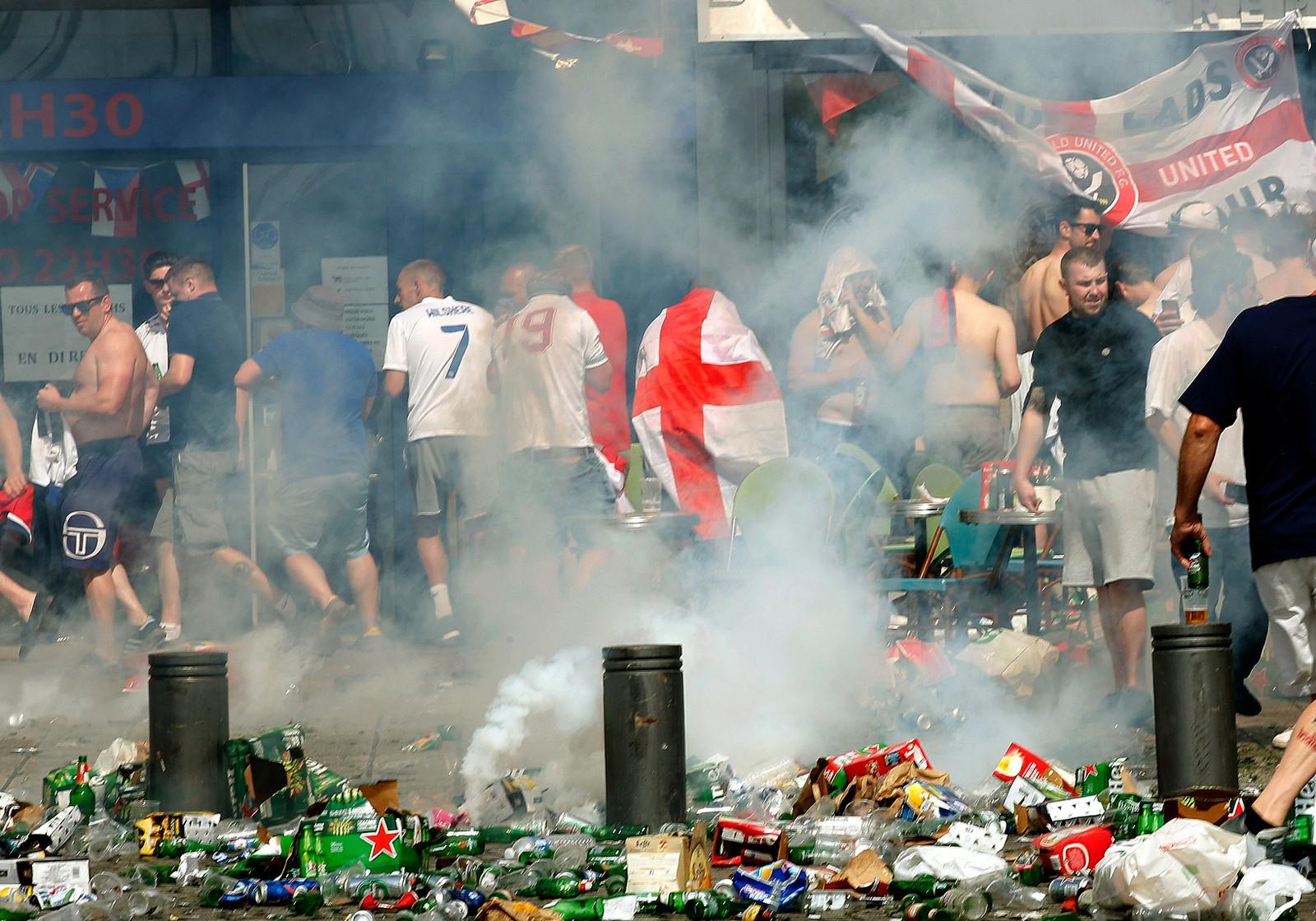 Engelske fotballsupportere i tåregass.