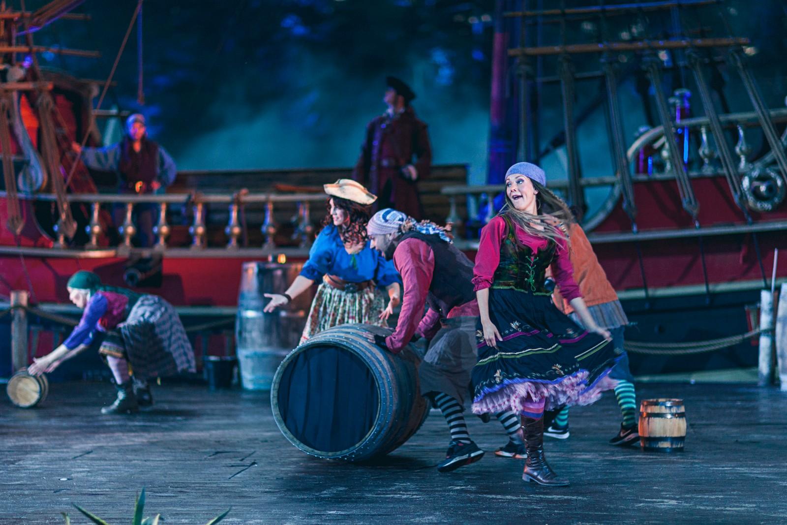 FLATT: Forestillingen bærer breg av varierende energinivå og nokså flat koreografi, mener NRKs anmelder.