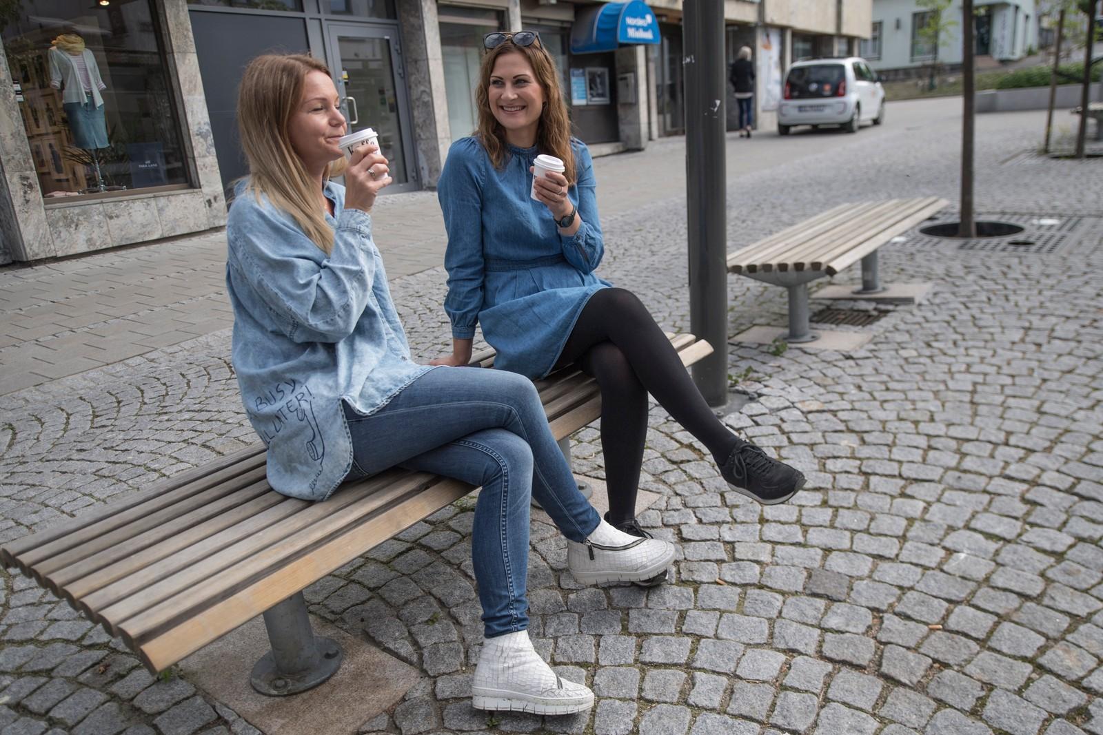 Hege Grundvig-Andersen og Mariell Bjerke Svendsen driver butikk i Fredrikstad sentrum. Det passet med en liten kaffepause for å feire byens nye attraktive status.