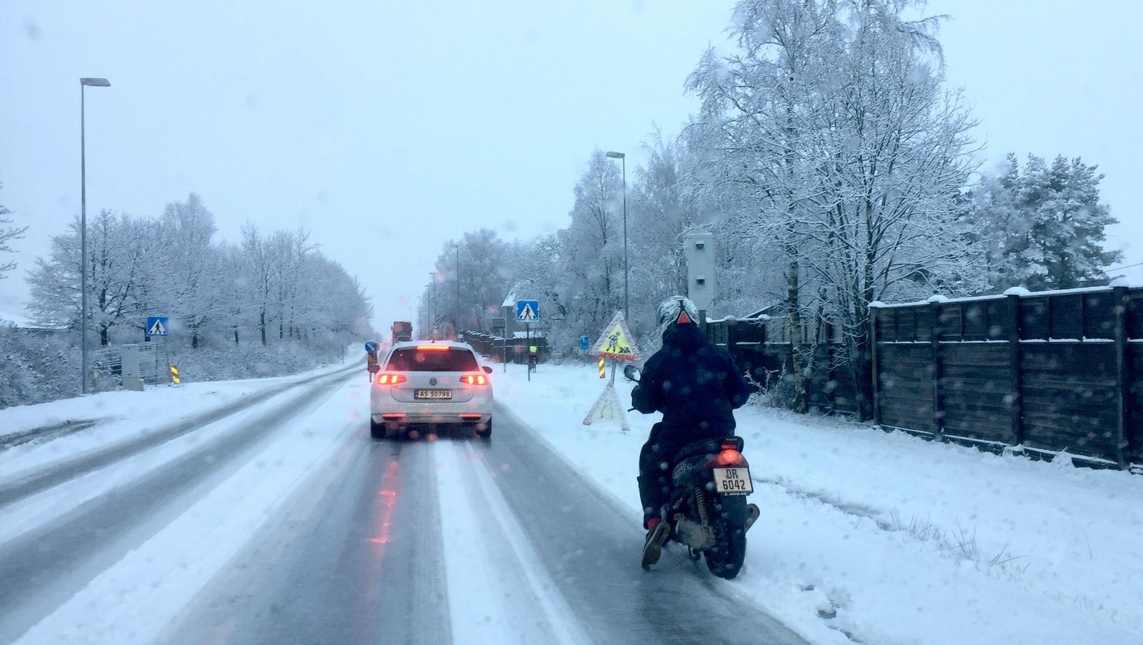 En mopedist på Riksvei 111 mot Fredrikstad.