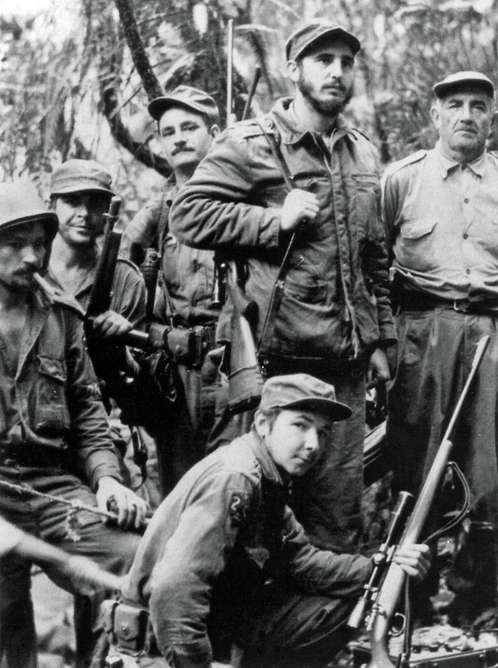 Fidel Castro startet sin revolusjonære virksomhet som ung student. Dette er ett av de første bildene som finnes av Fidel Castro sammen med kampfellen Ernesto Che Guevara (nr. to øverst fra venstre) og broren Raul Castro (nederst). Bildet er tatt 1. juni 1957.