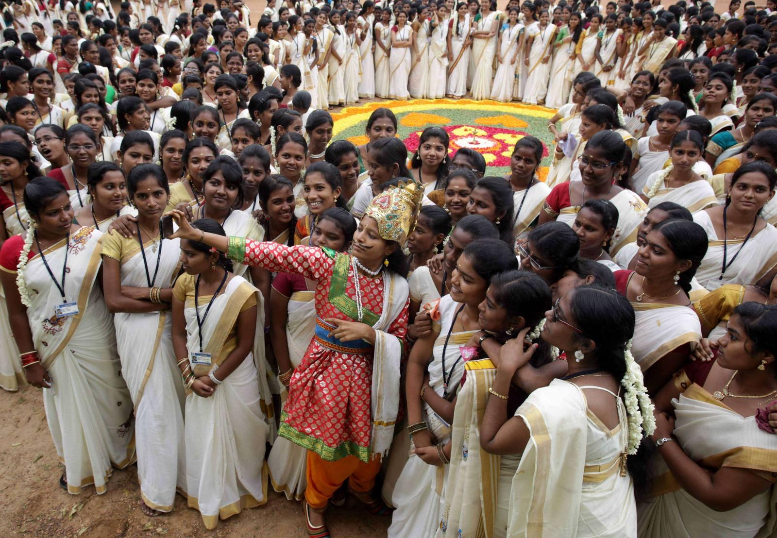 """Indiske studenter poserer for en """"selfie"""" under feiringen av Onam-festivalen på et college i Channai, India."""
