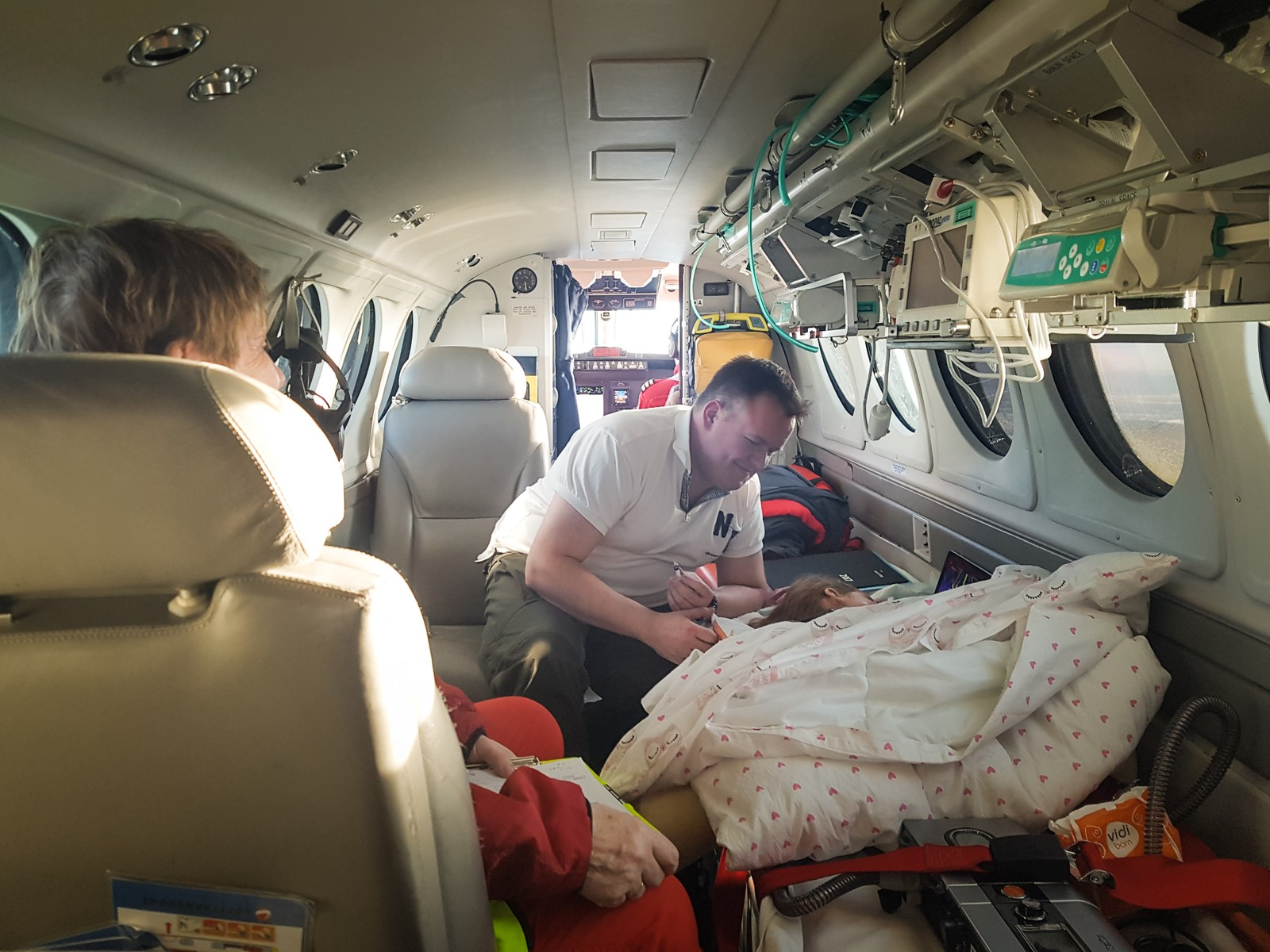 Frida Marie og pappa Morten om bord på ambulansefly