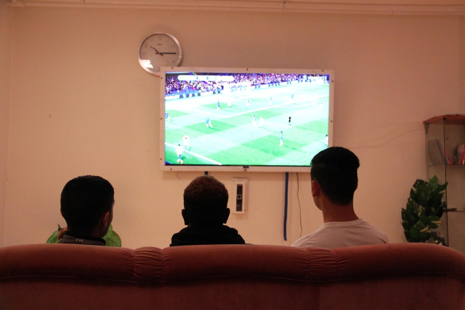 SAMLES OM KVELDENE: På mottaket er det en TV-stue der ungdommen samles om kveldene. Da NRK var på besøk gikk det mye i fotball.