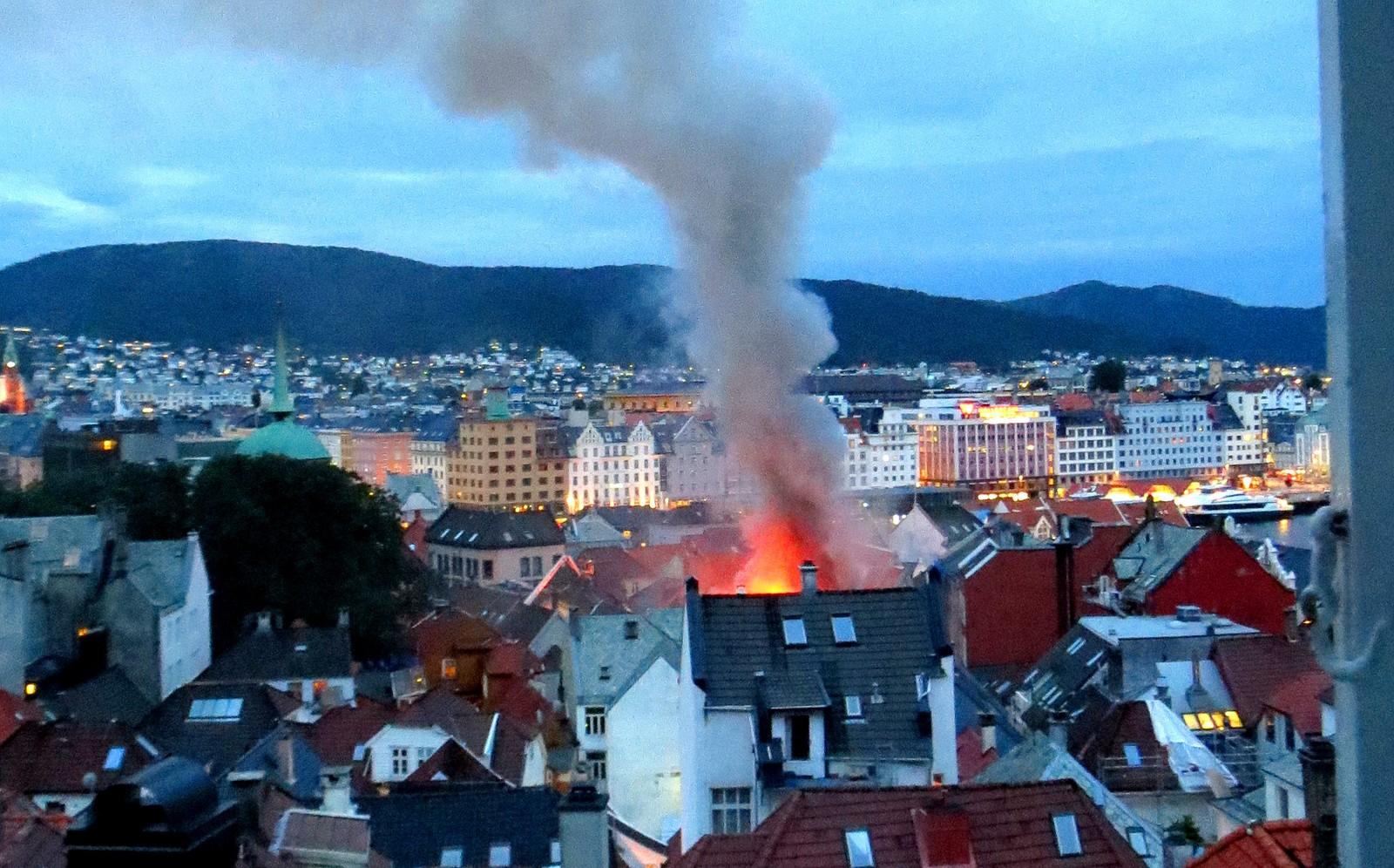 Det brenner i trehusbebyggelsen i Bergen sentrum i starten av Kong Oscars ved Kjøttbasaren og Bryggen gate torsdag morgen.