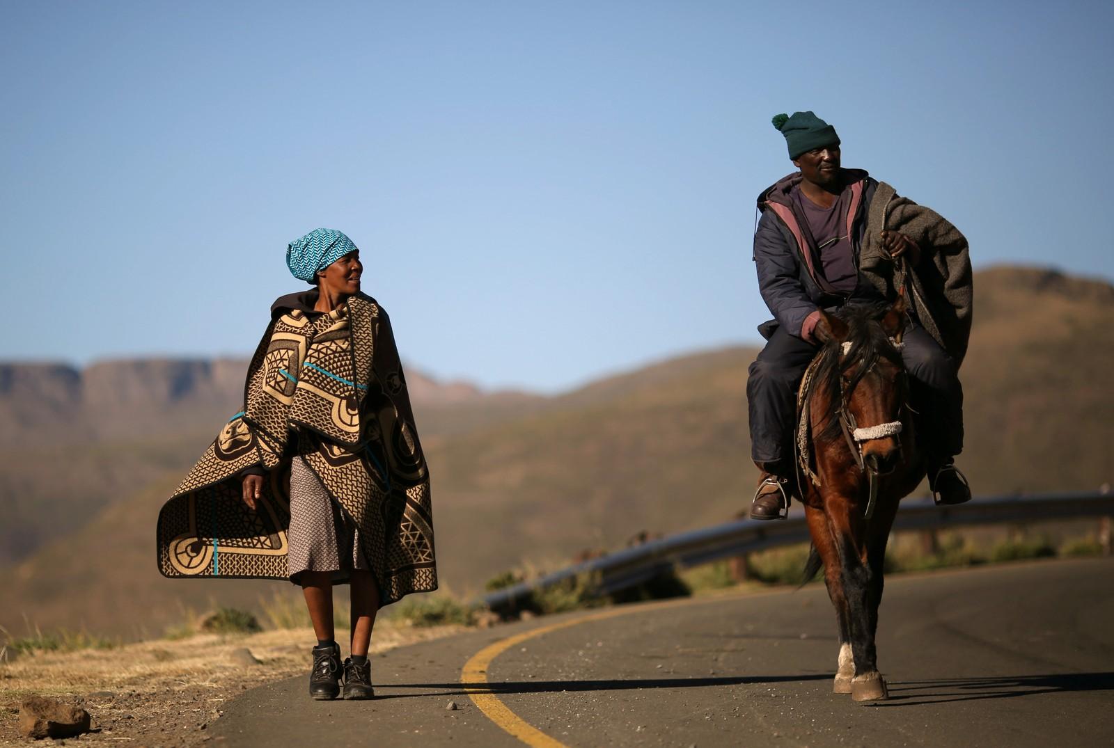 Et par på vei hjem etter å ha stemt ved valget i Lesotho.