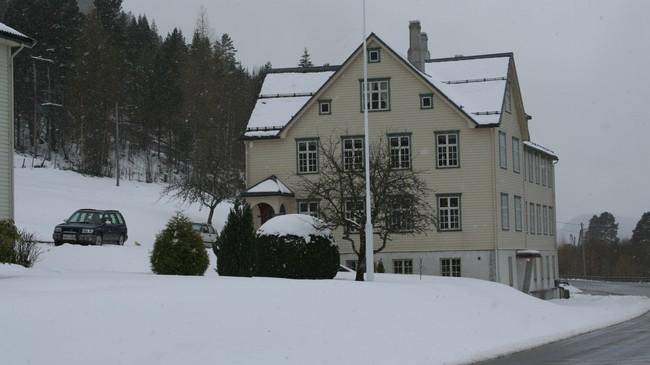 Hovudbygningen til tidlegare Holmøy Arbeidsskule ligg like ved Riksveg 15. Foto: Ottar Starheim, NRK.