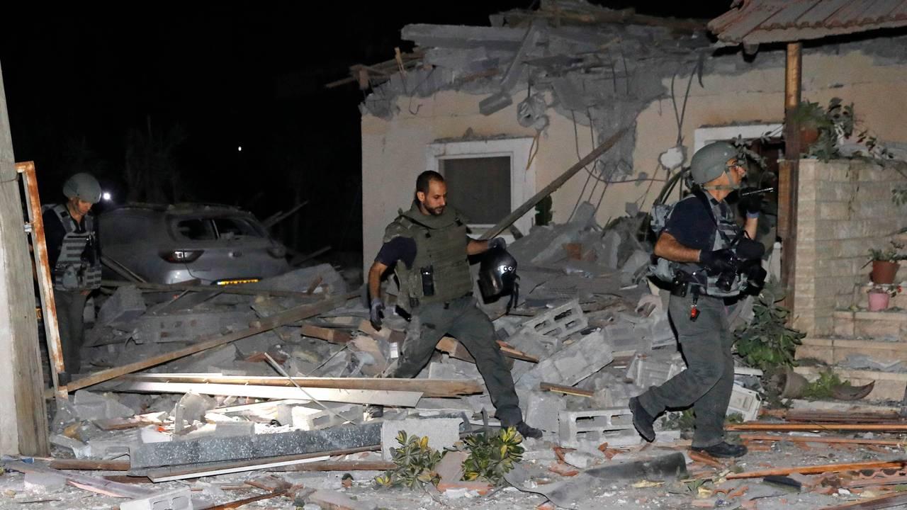 Israelske sikkerhetsstyrker inspiserer et skadet hus i Yehus utenfor Tel Aviv 12. mai.