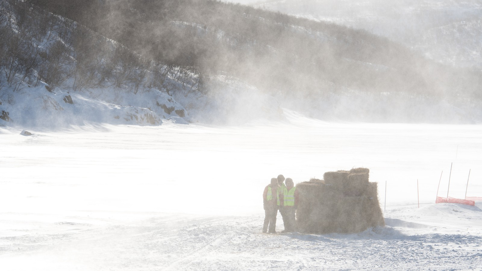 Sjekkpunkt-medarbeiderne venter i snøføyka på at neste løper skal ankomme sjekkpunkt Levajok.