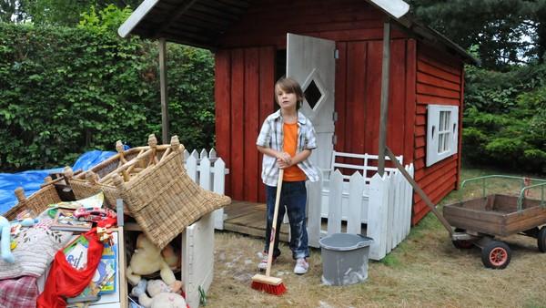 Bo flytter ut i lekestuen i hagen når han ikke får det som han vil. Der finner han på mange artige ting. Dansk serie i 8 episoder.