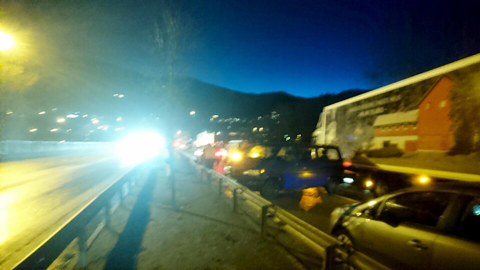 E39 går gjennom Eidsvåg i Jordalen, og mellom tunnelen i denne dalen var det ekstremt glatt. Folk til fots hadde vanskelig for å holde seg på beina, både i veibanen og på fortau.