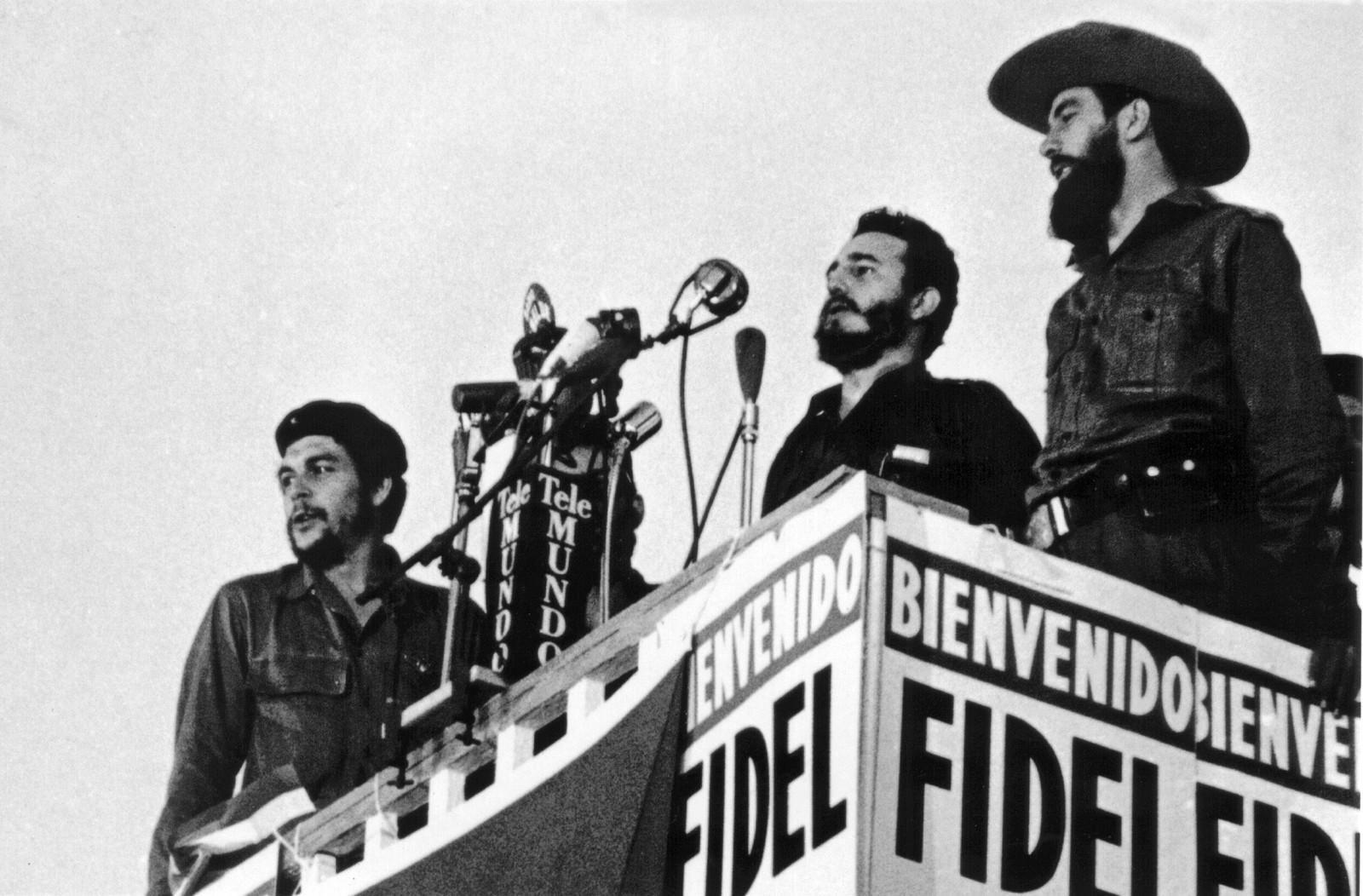 Fidel Castro avbildet mens han holder en tale i Havana etter maktovertakelsen i januar 1959. Ved hans side står Ernesto Che Guevara og Camilo Cienfuegos.