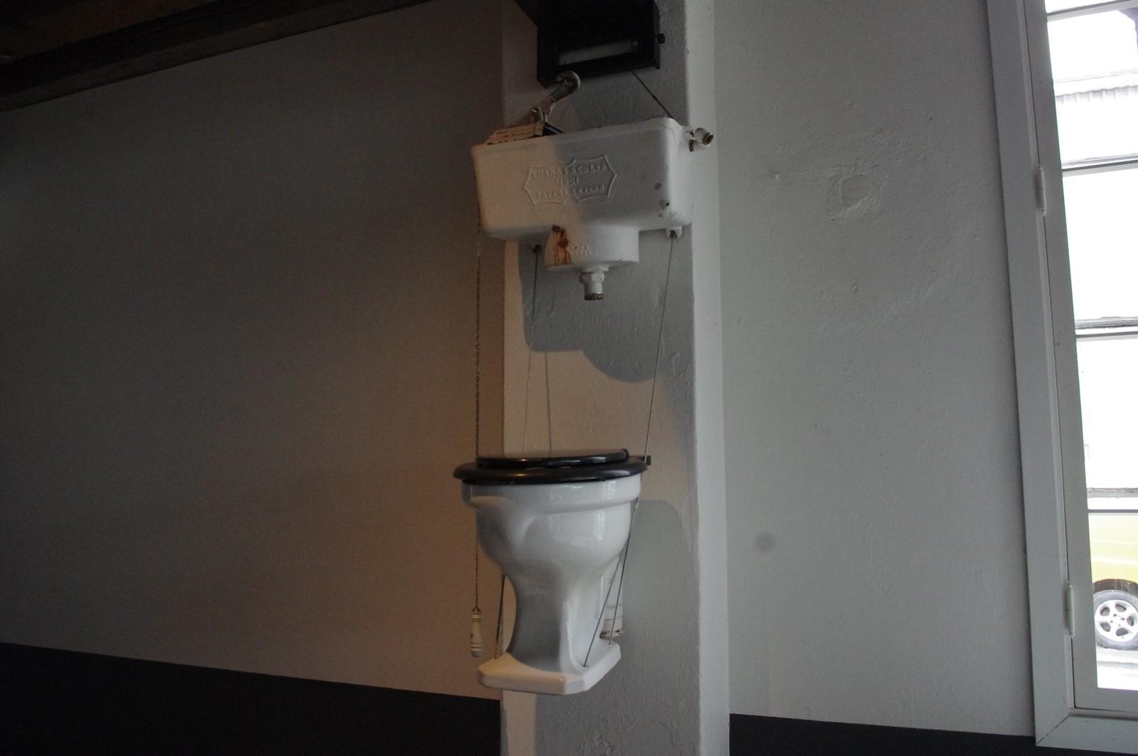 TAR STANDPUNKT: Mjøsmuseet utfordrer folk til å være mer bevisst på hva som helles i toalettet.